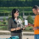 Un guide donne un document à un visiteur