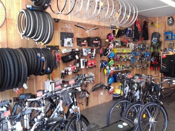 L'intérieur d'une boutique qui vend vélos et accessoires pour vélos