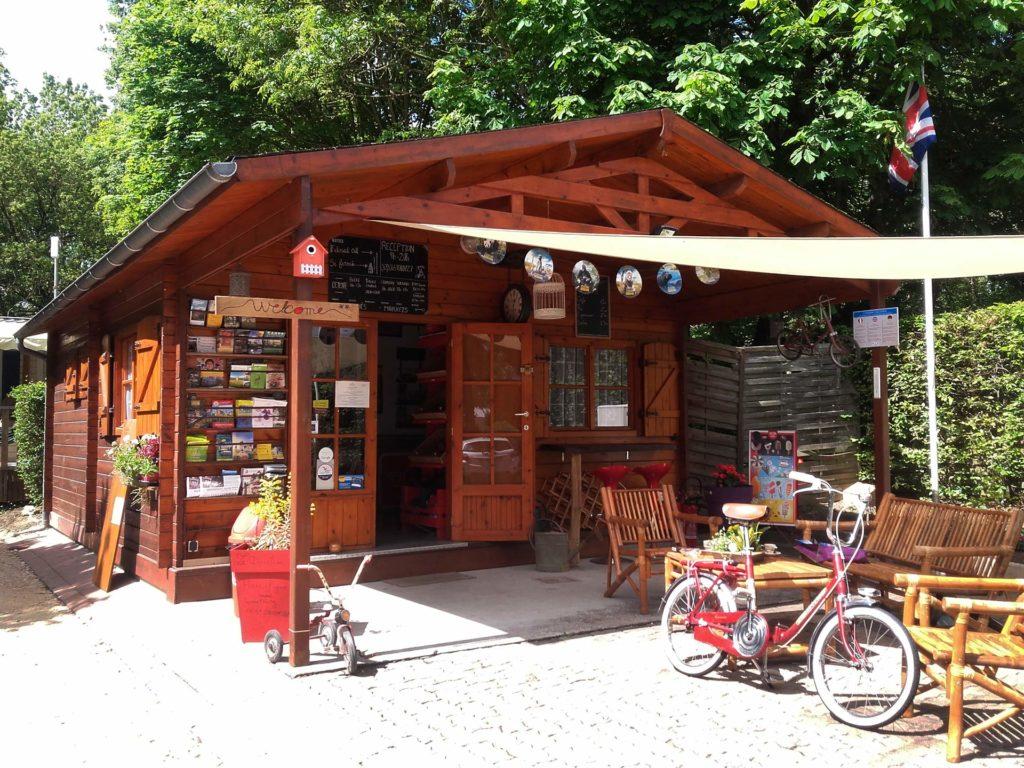 Un chalet qui vend des souvenirs devant lequel sont posés des vélos