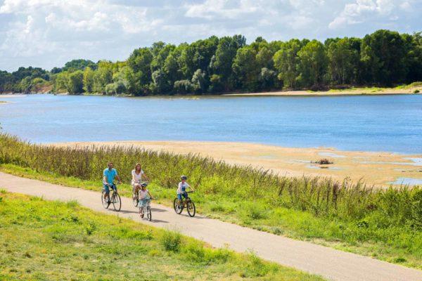 Une famille circule en vélo au bord de la Loire