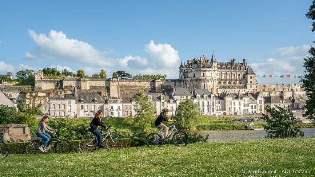 Des cyclistes circulent au bord de la Loire à Amboise en face du château