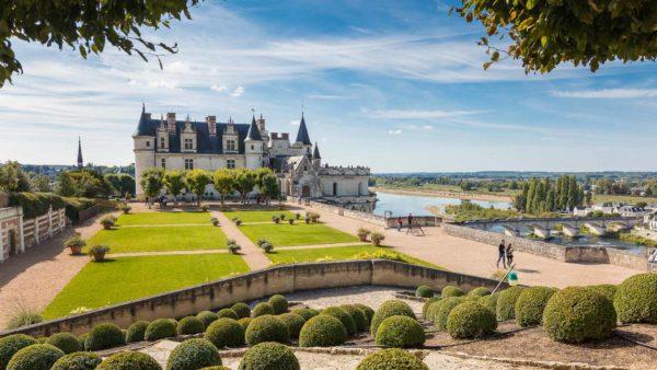 Vue sur le château royal d'Amboise et ses jardins