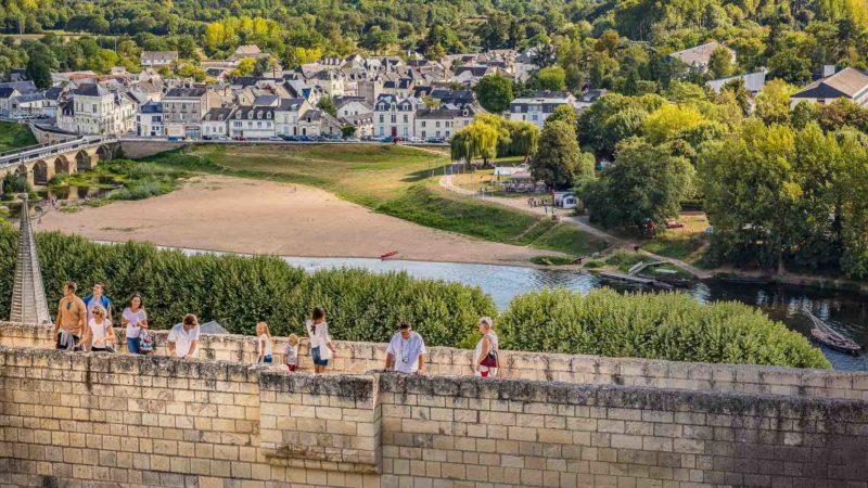 Des visiteurs se promènent sur les remparts de la forteresse de Chinon