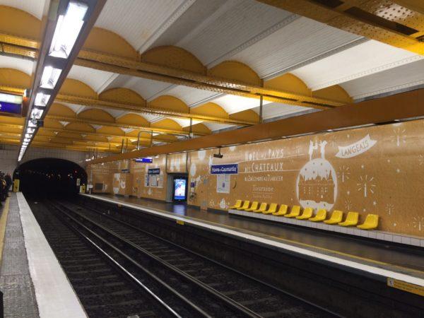 """La station de métro Havre-Caumartin à Paris dont les murs ont été recouverts par des affiches de l'opération """"Noël au pays des châteaux"""""""